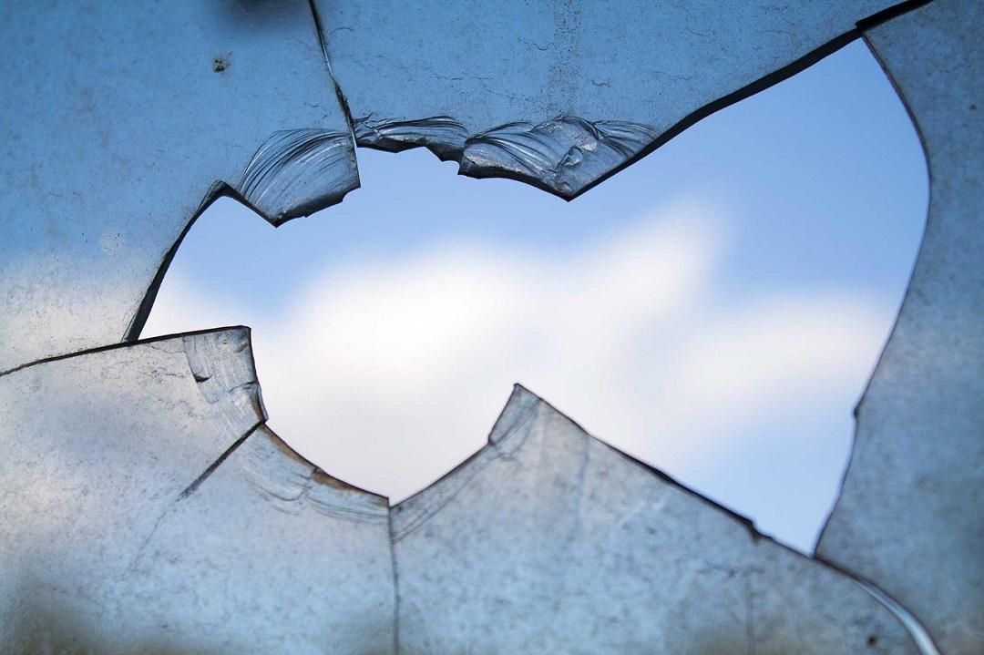 Vitre brisée : que faire avant d'appeler un vitrier du 94 Val-de-Marne ?
